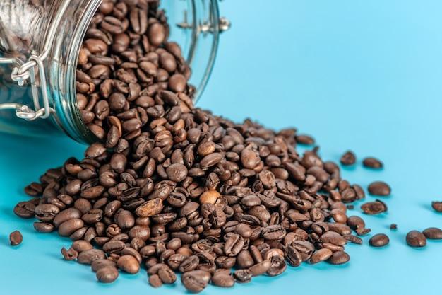 ガラスの瓶からこぼれたコーヒー豆