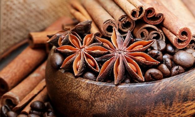 Кофейные зерна, звездчатый анис, корица, специи, аромат, кофейный фон