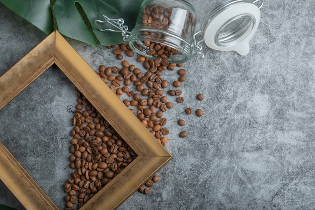 회색 배경에 프레임이 있는 커피 콩.