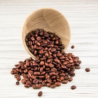 오래 된 나무 주방 용품으로 커피 콩
