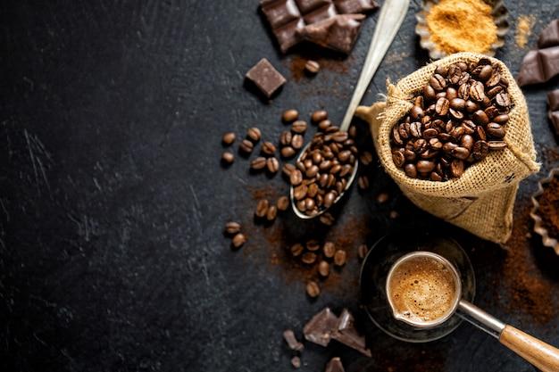 コーヒーを作るための小道具とコーヒー豆 Premium写真