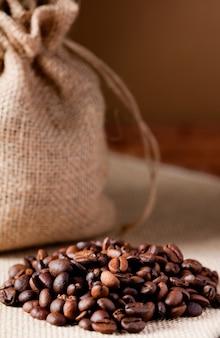 Кофе в зернах, с мешком из ткани из рафии
