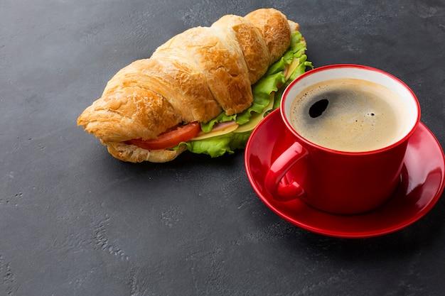 コーヒー飲料とサンドイッチ