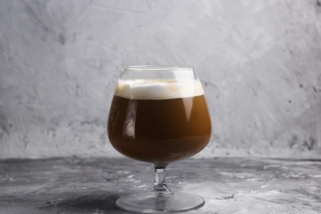 유리 돌 배경에서 커피 음료 프리미엄 사진