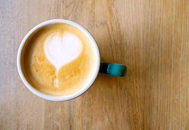 거품 라떼 또는 카푸치노를 곁들인 커피 음료