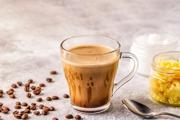 Кофе, смешанный с топленым маслом и кокосовым маслом mct, палео, кето, завтрак с кетогенными напитками.