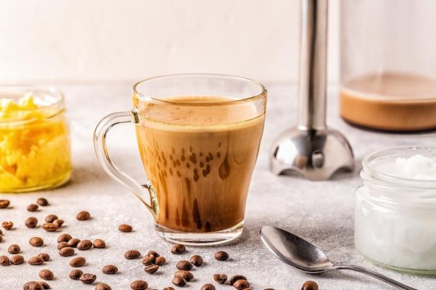 ギーバターとmctココナッツオイルをブレンドしたコーヒー、パレオ、ケト、ケトジェニックドリンクの朝食。