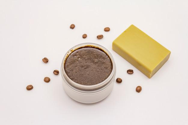 コーヒーのボディスクラブと白い背景で隔離の石鹸。スパのコンセプト、天然成分からの自家製化粧品