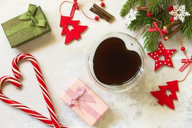 トウヒと赤い装飾のコーヒーの枝クリスマス新年のコンセプト上面図フラットレイ