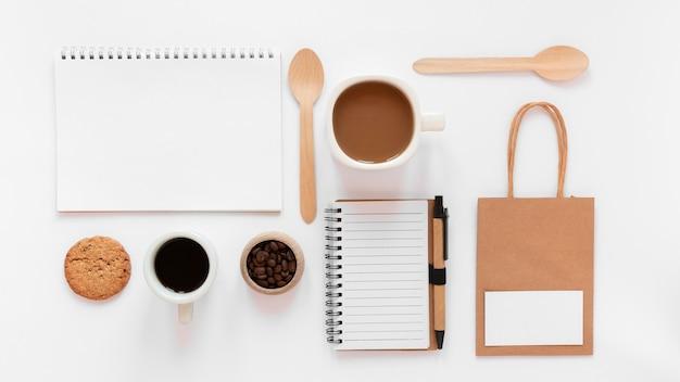 Assortimento di branding del caffè su sfondo bianco