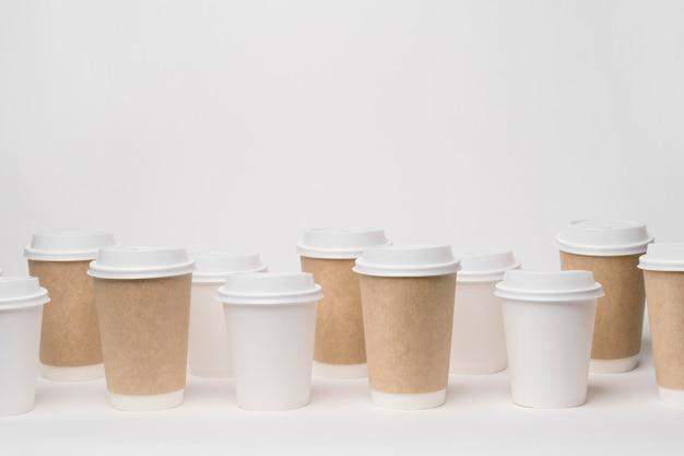 Marchio del caffè con tazze diverse