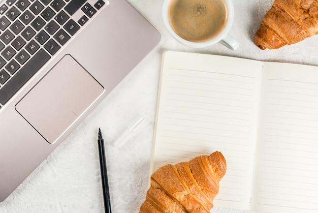 コーヒーブレイク。職場での朝食または昼食