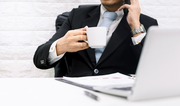 コーヒーブレークのビジネスマンエグゼクティブの作業はリラックスしてください。