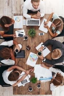 비즈니스 회의 세로 샷 중 커피 브레이크