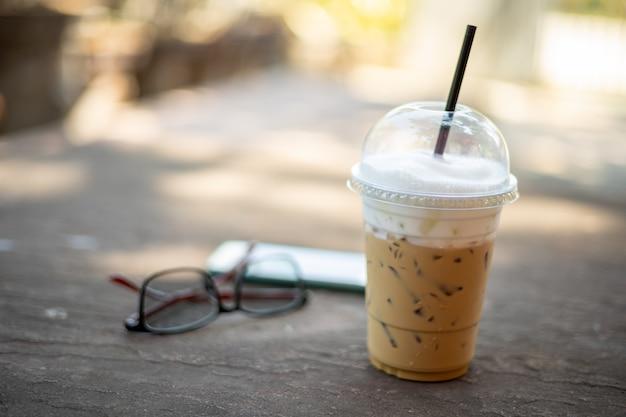 コーヒーブレイク、庭の石のテーブルでアイスコーヒー。