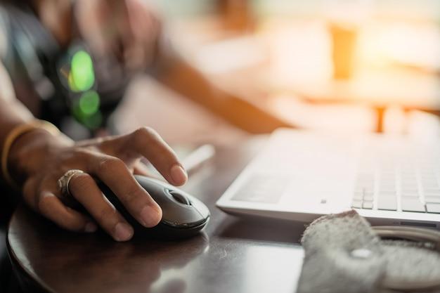 午後は、コーヒーショップで働くために男性がコンピュータを使います、coffee cafe concept