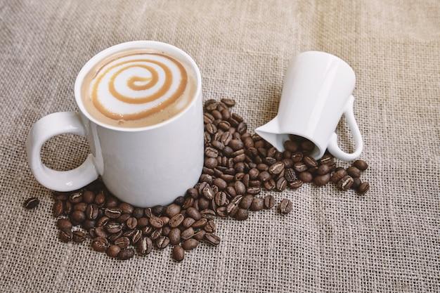밀크 아트와 커피 콩 자루에 커피 카라멜 마끼아또