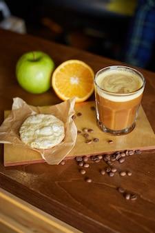 コーヒーカクテル。オレンジとアップルジュースのエスプレッソ