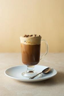 Кофе холодный напиток стеклянная чашка с мороженым, яркий фон