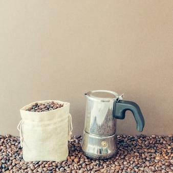 가방과 모카 포트와 커피 구성