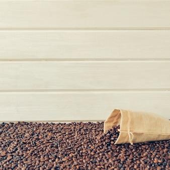 コーヒー豆の袋とコーヒー組成