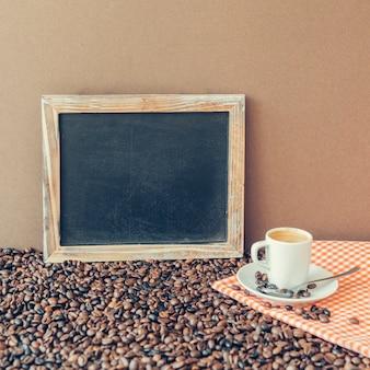 Composizione del caffè con ardesia