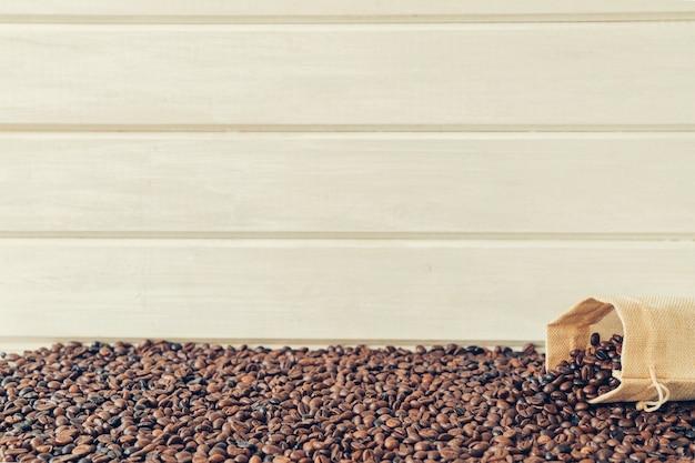 バッグとスペースから落ちる豆とコーヒーのコンセプト