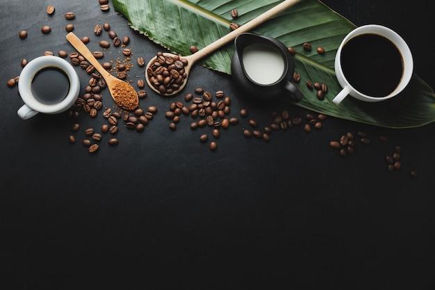 コーヒー豆、木のスプーン、カップに入ったコーヒーエスプレッソを使ったコーヒーのコンセプト。上からの眺め。