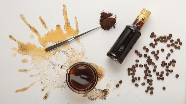 カップ、コーヒー豆、白で隔離のアイリッシュクリームシロップのコーヒーとコーヒーの概念