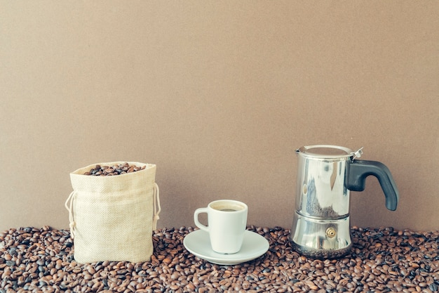 목화 가방과 모카 포트와 커피 개념