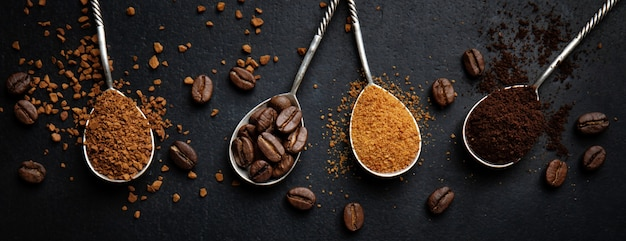 スプーンでさまざまなコーヒーアートとコーヒーのコンセプト。上面図。