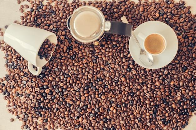 マグカップとカップのあるコーヒーのコンセプト