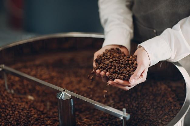 커피 로스팅 과정에서 로스터 기계에서 커피 냉각.