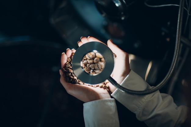コーヒー焙煎工程での焙煎機でのコーヒー冷却。