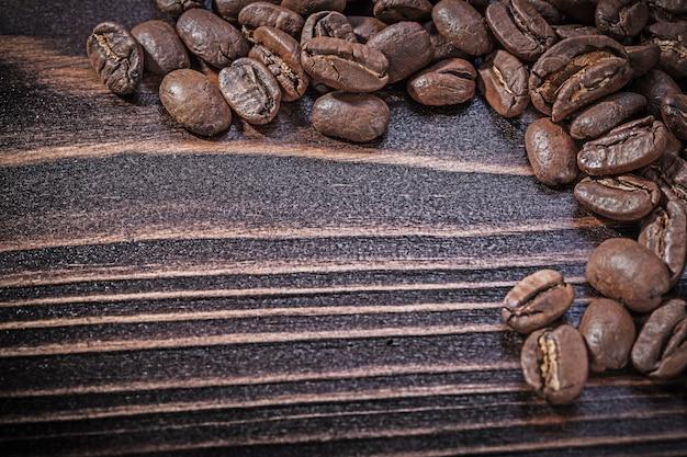 Кофейные зерна на старинные деревянные доски
