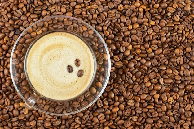 Чашка кофе и бобы как фон