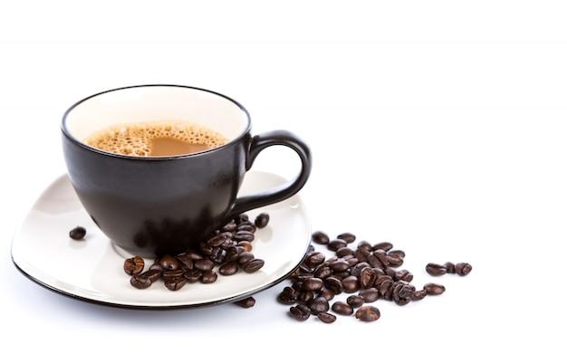 Чашка кофе и бобов на белом фоне