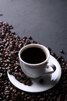 Чашка кофе и бобы на старой серой кухне, рок-столе. с copyspace для вашего текста