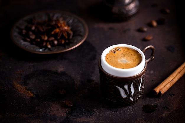Кофейная чашка и фасоли на старом кухонном столе. турецкий кофе и рахат-лукум с copyspace
