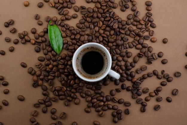 コーヒーカップと豆、テキスト用のコピースペースのある上面図 Premium写真