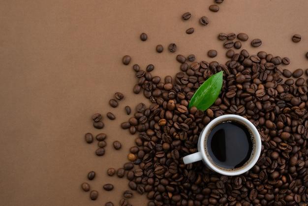 コーヒーカップと豆、テキスト用のコピースペースのある上面図