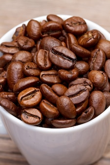 Кофейная чашка и бобы