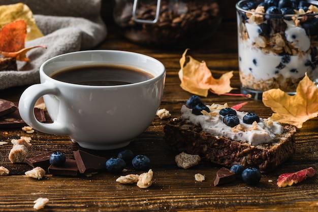 Кофейная чашка и черничный тост