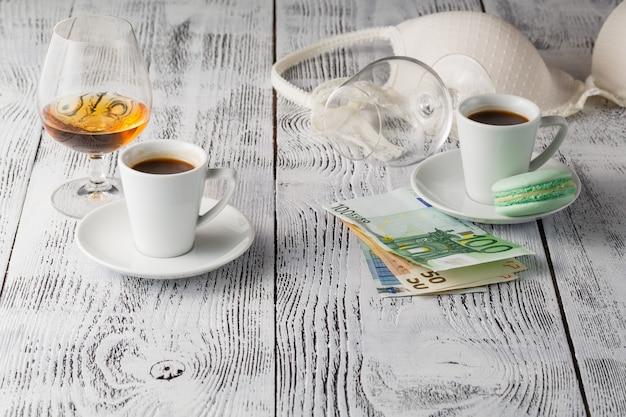커피 컵과 테이블에 브래지어