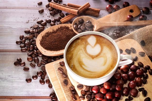 커피 컵과 커피 콩