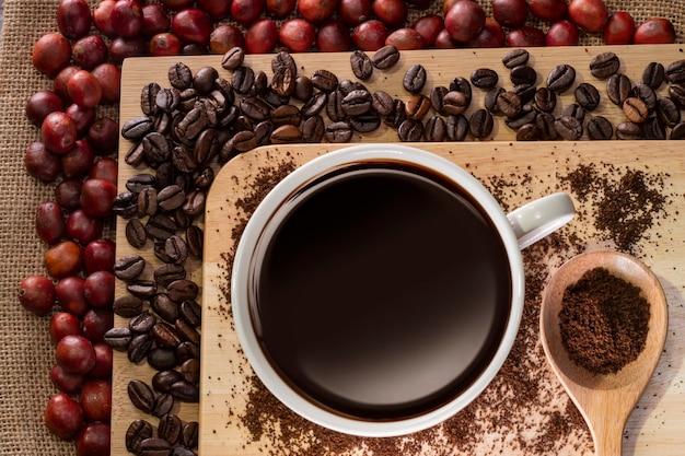 커피 컵과 커피 콩 커피 체리