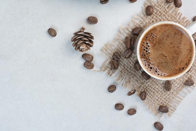 자루에 커피 컵과 커피 콩입니다. 고품질 사진