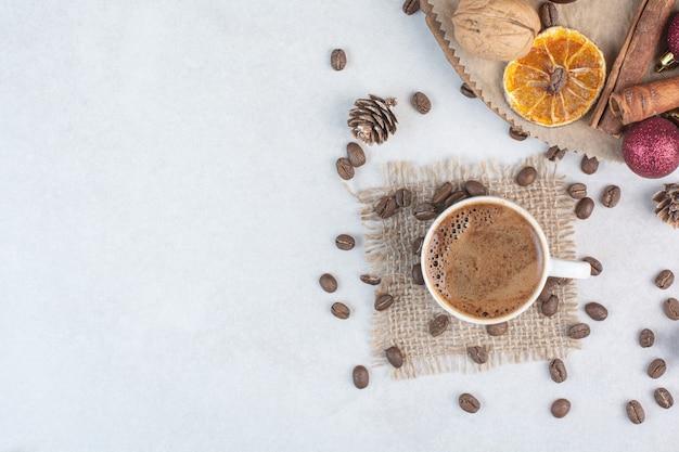 荒布を着たコーヒーカップとコーヒー豆。高品質の写真