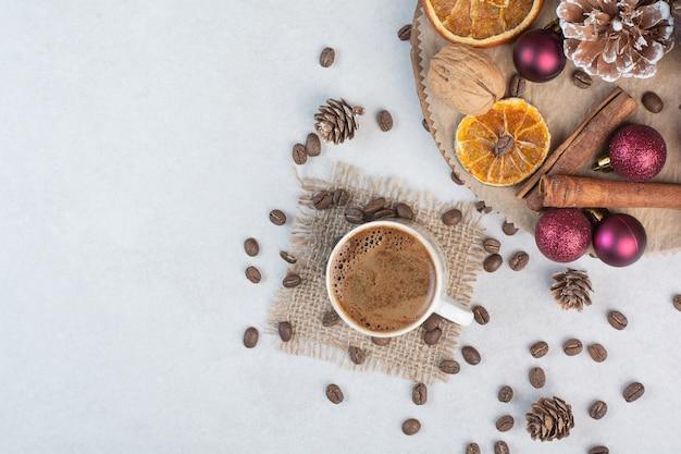 Чашка кофе и кофейные зерна на мешковине. фото высокого качества