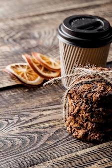 コーヒーカップとおいしいクッキー